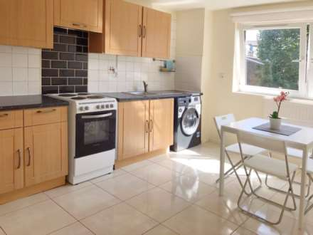 3 Bedroom Flat, Crefeld Close, Fulham Palace Road