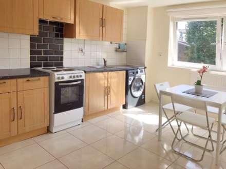 3 Bedroom Flat, Crefeld Close, Fulham Palace Road