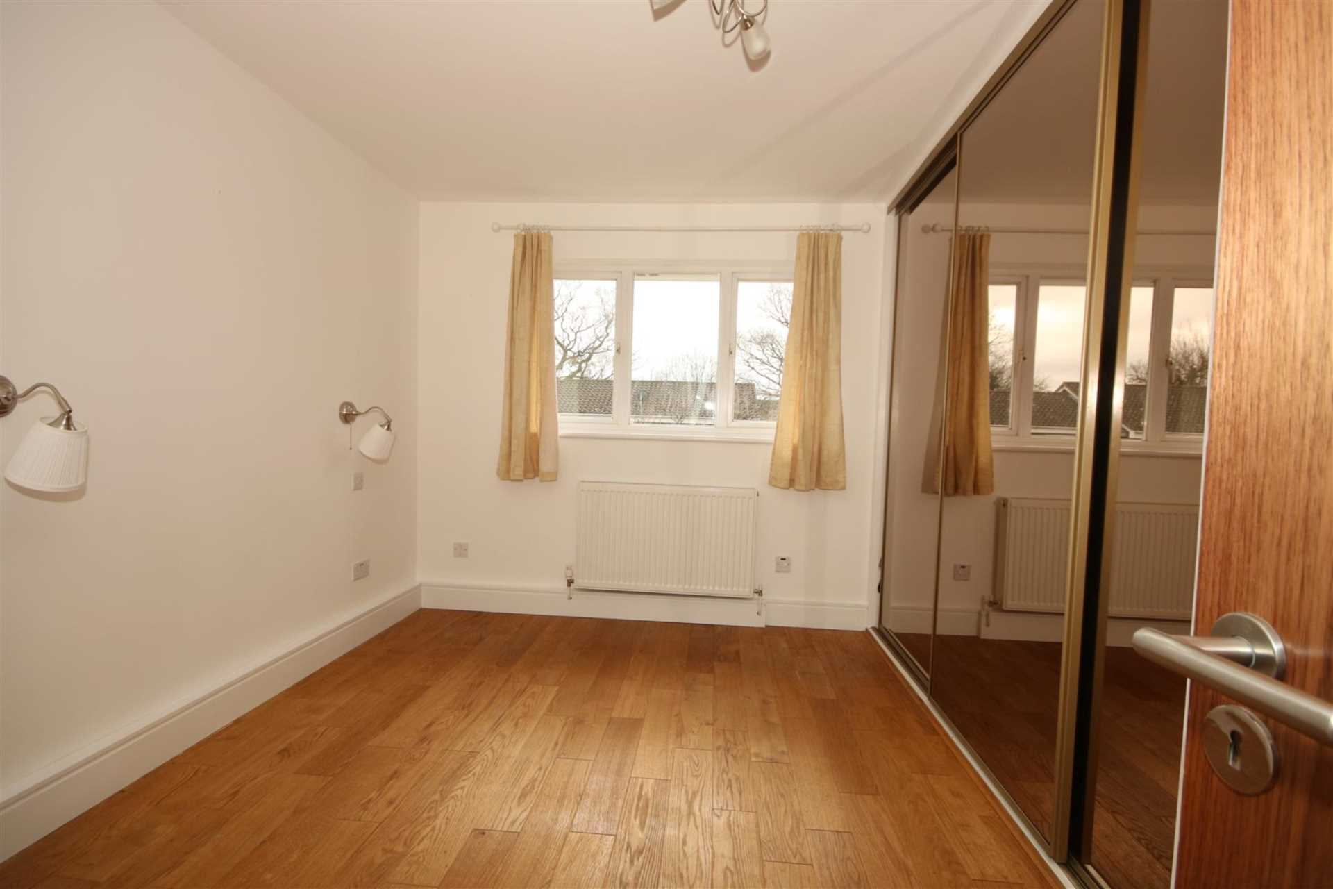 LOVELY 1 BED HOUSE IN CUL DE SAC WITH GARDEN, Image 5