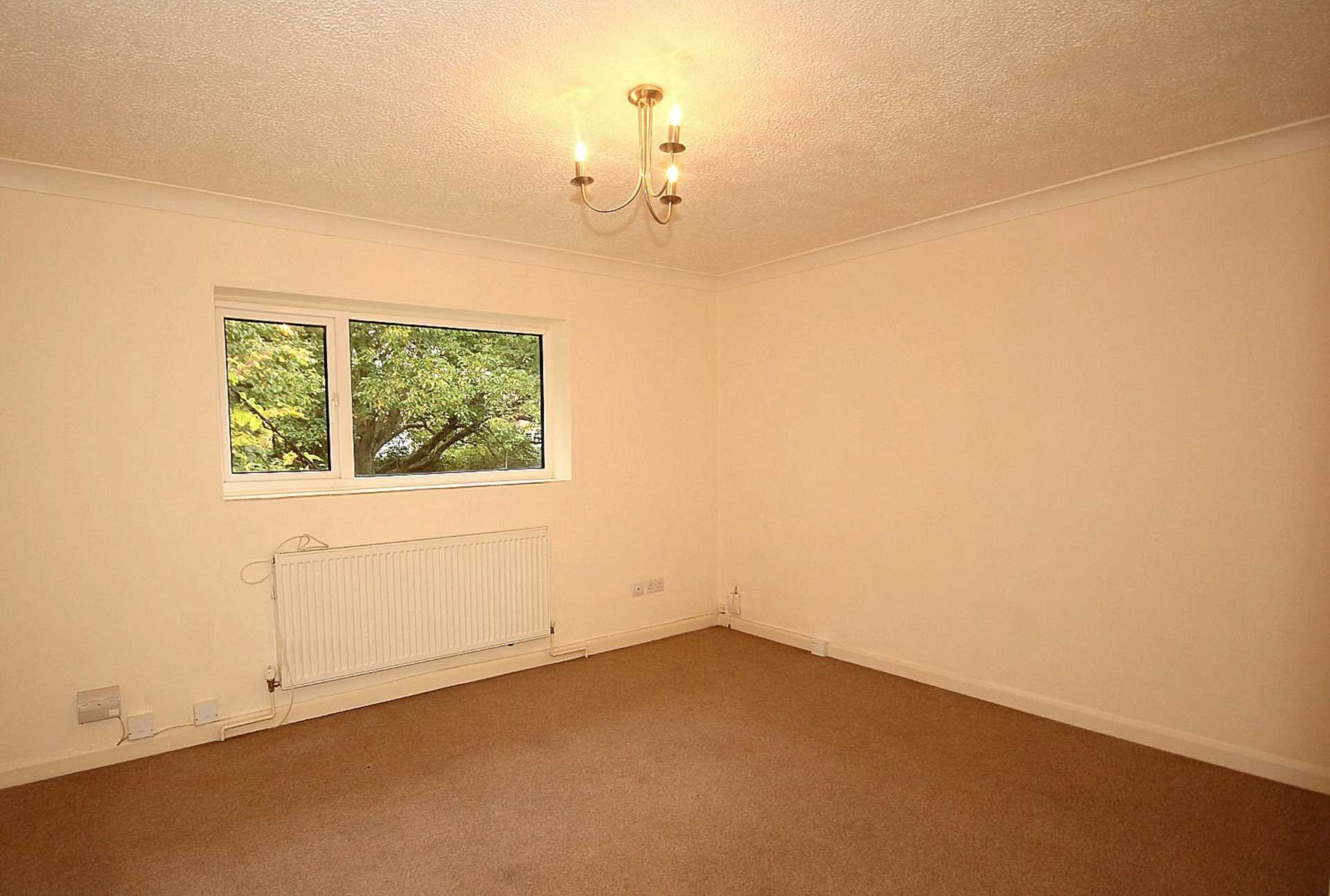 GOOD SIZE ONE BEDROOM CLOSE TO STATION, Image 5