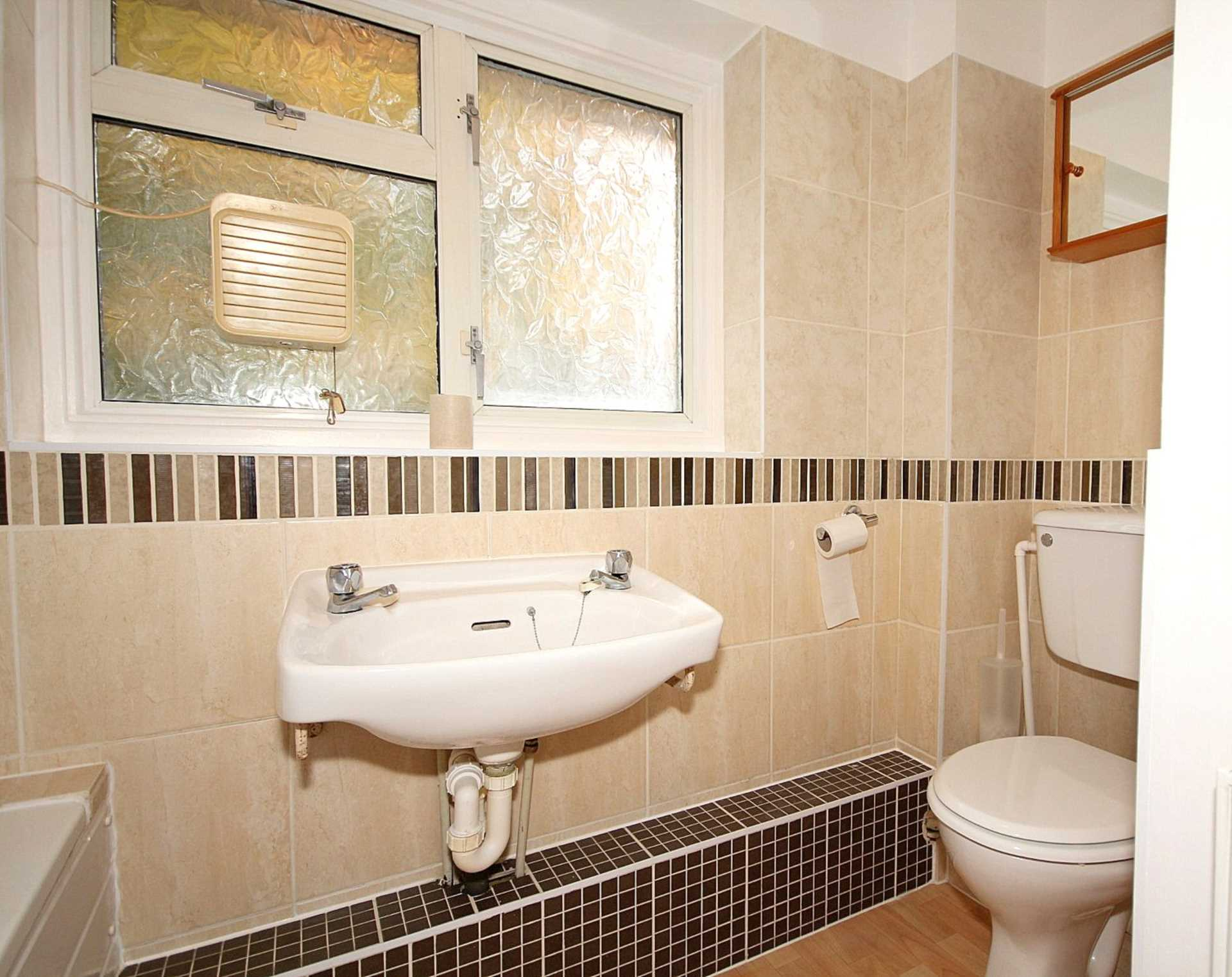 GOOD SIZE ONE BEDROOM CLOSE TO STATION, Image 7