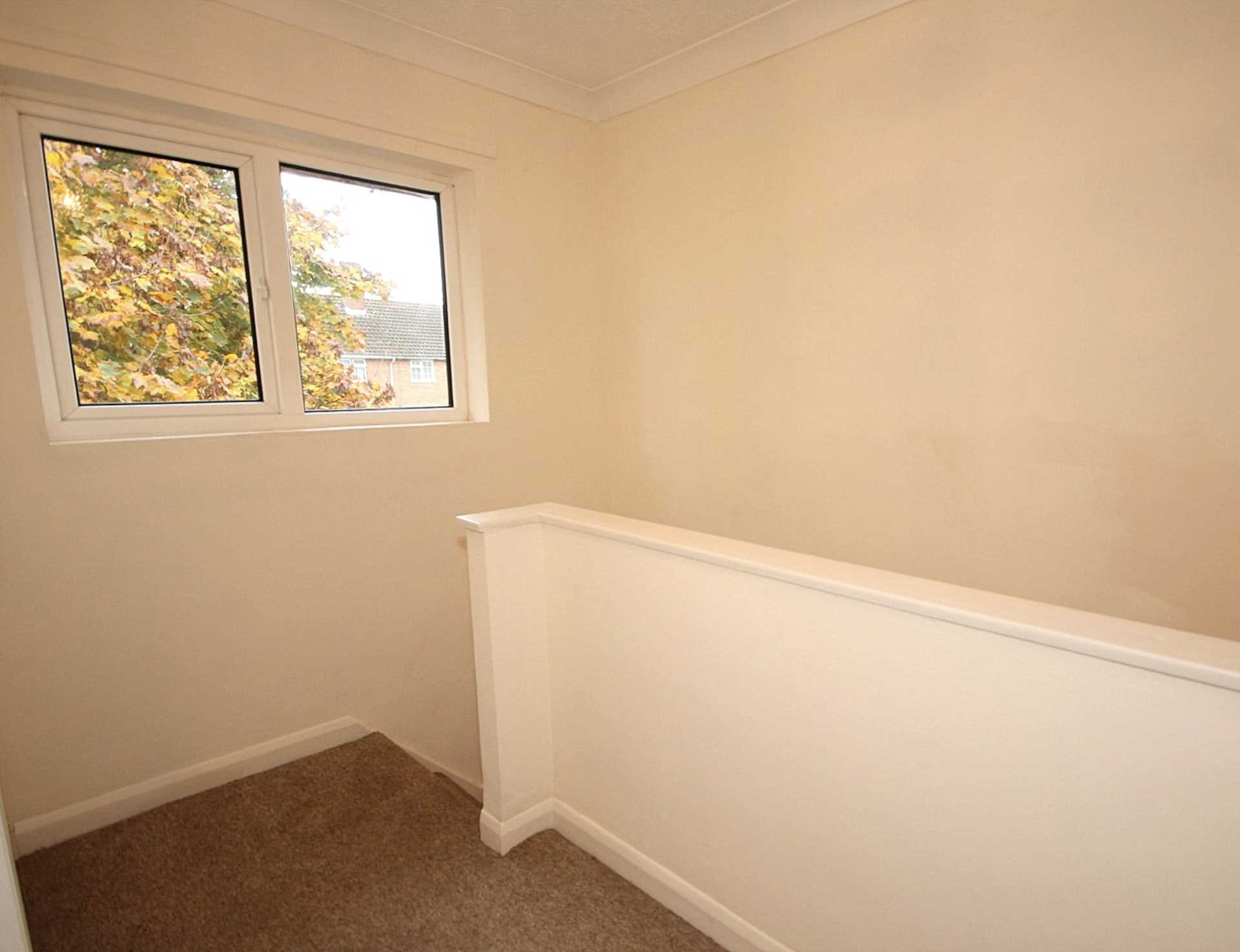 GOOD SIZE ONE BEDROOM CLOSE TO STATION, Image 9