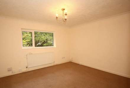 GOOD SIZE ONE BEDROOM CLOSE TO STATION, Image 3