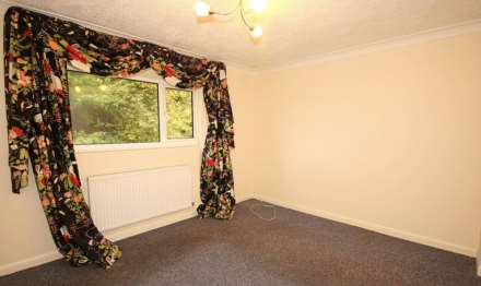 GOOD SIZE ONE BEDROOM CLOSE TO STATION, Image 4