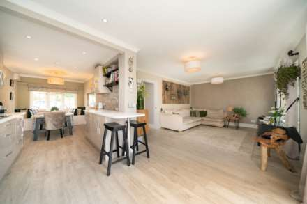 REFURBISHED 4 DOUBLE BEDROOM - SOUGHT AFTER OLD TOWN, HP2, Image 3