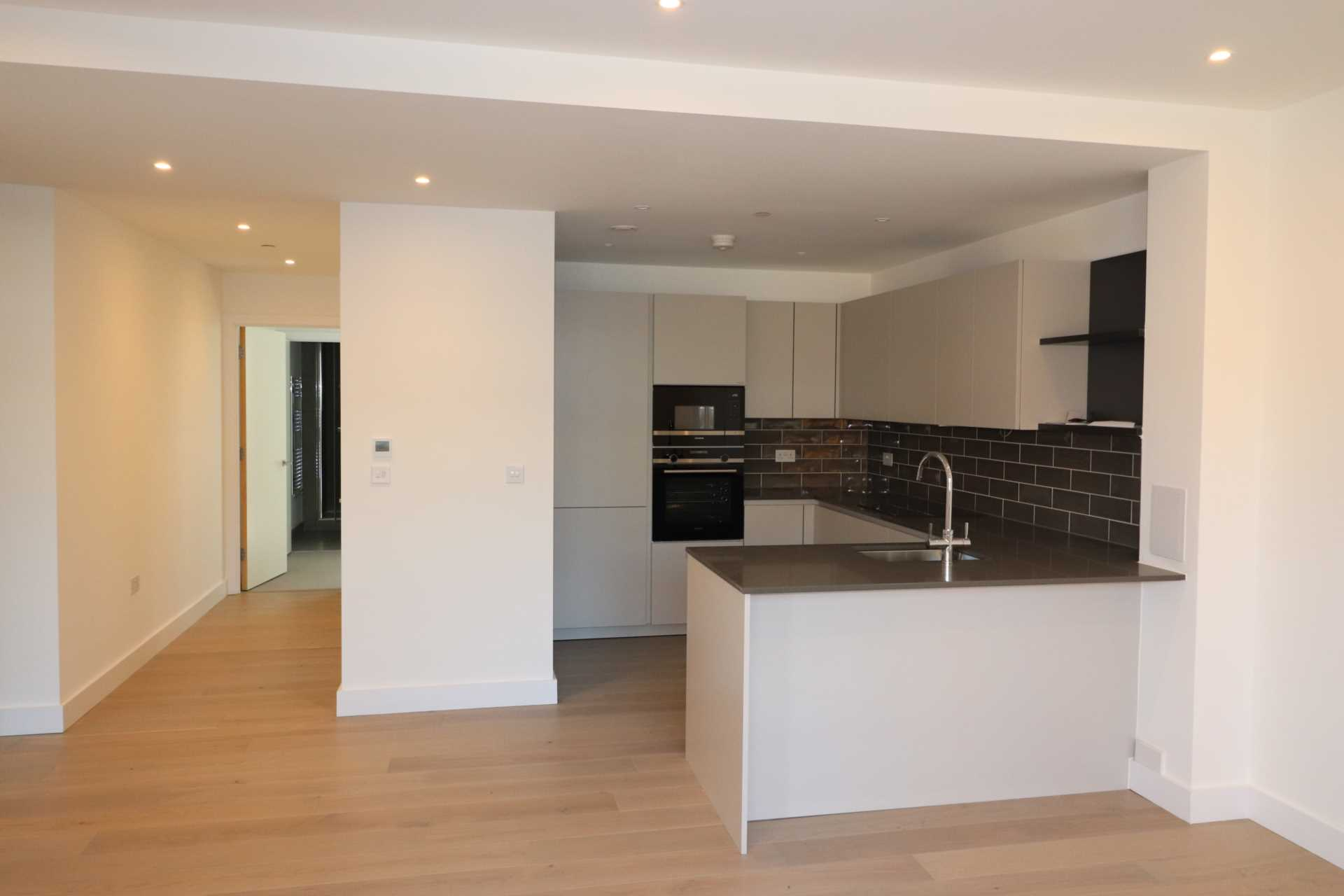 Property King Estate Agents - 2 Bedroom Flat, London Square, Bermondsey