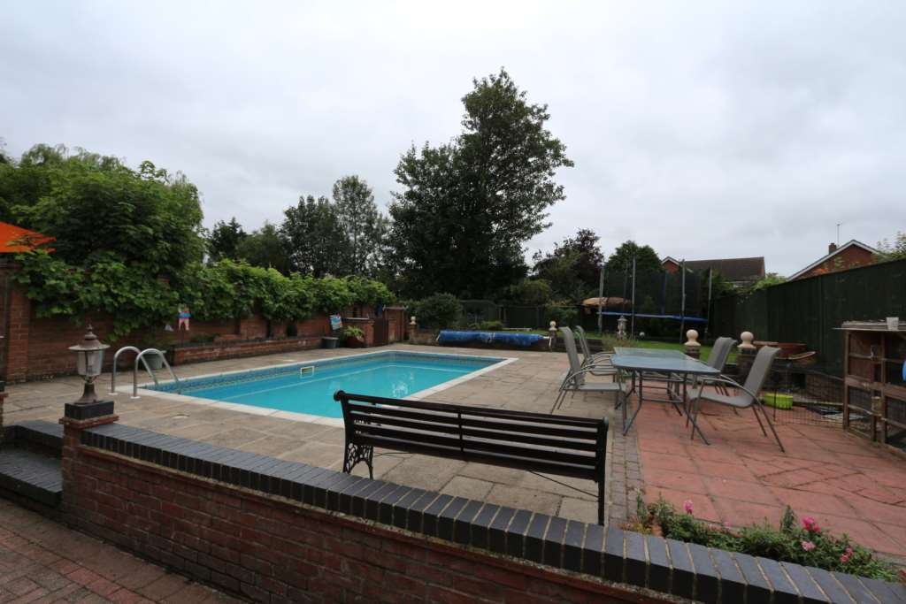 Four Bedrooms With A Huge Garden And Heated Swimming Pool