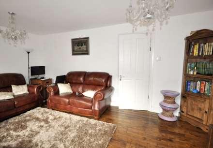3 Bedroom Flat, Lipton Rd, London