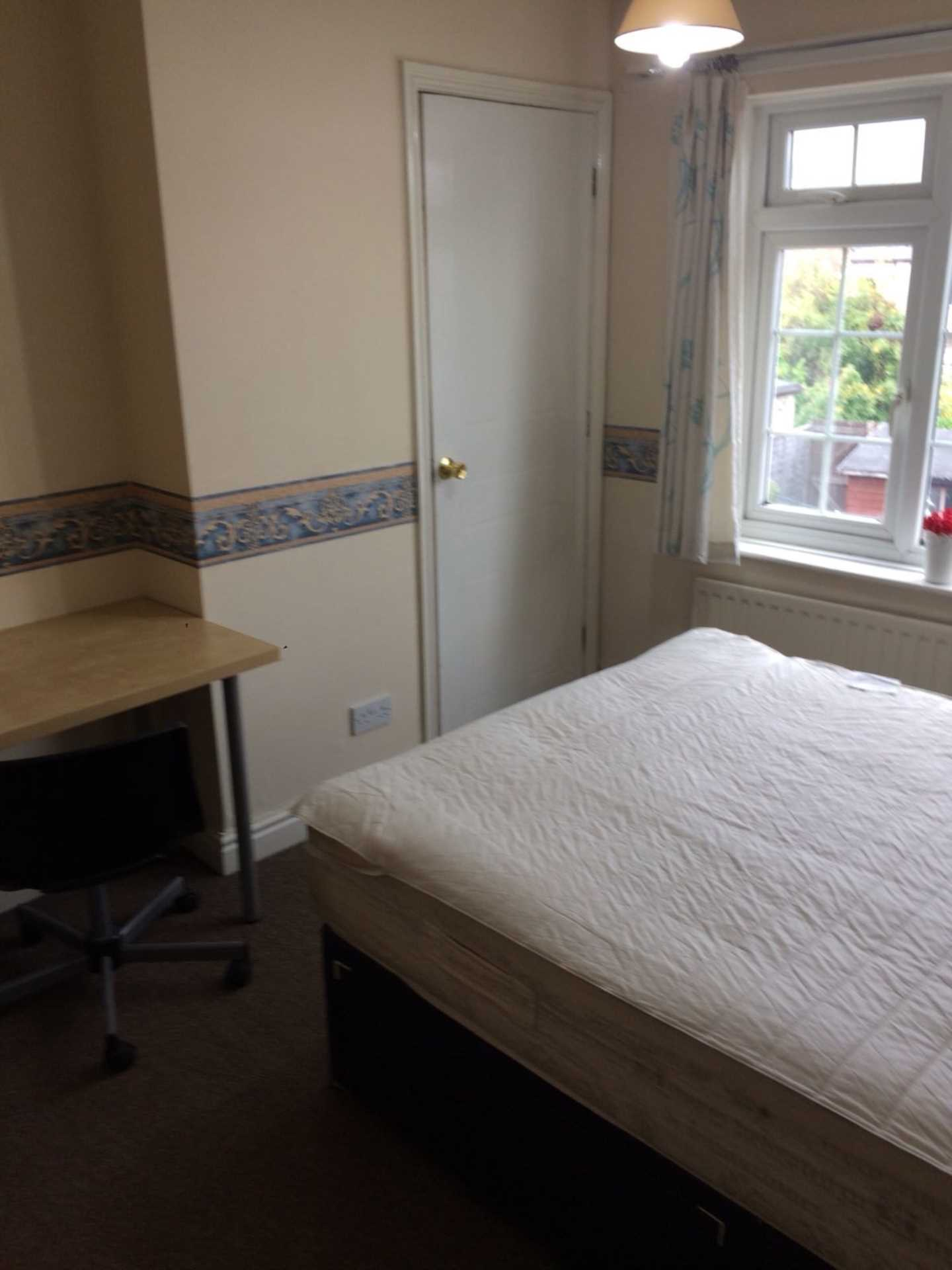 Room 3, Queensland Avenue - 5 bedroom 2 bathroom student home fully furnished, WIFI & bills included - NO FEES, Image 8