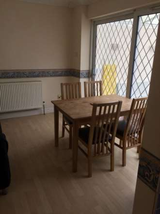 Room 6, Queensland Avenue - 5 bedroom 2 bathroom student home fully furnished, WIFI & bills included - NO FEES, Image 4